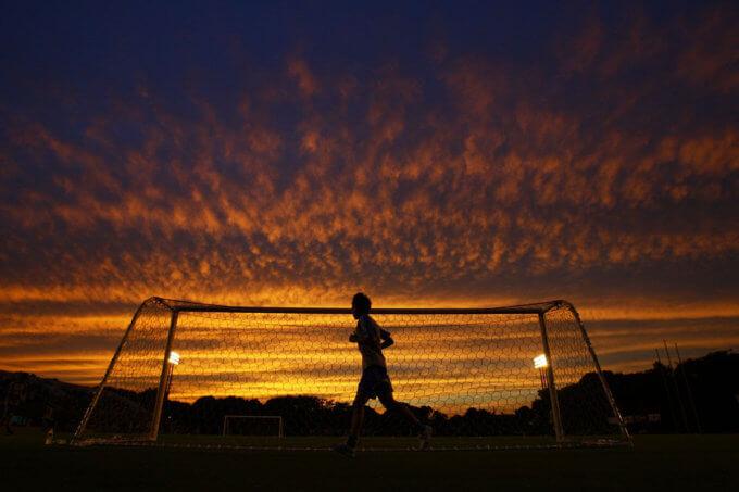 夕暮れに走る男性©tpower1978 2013
