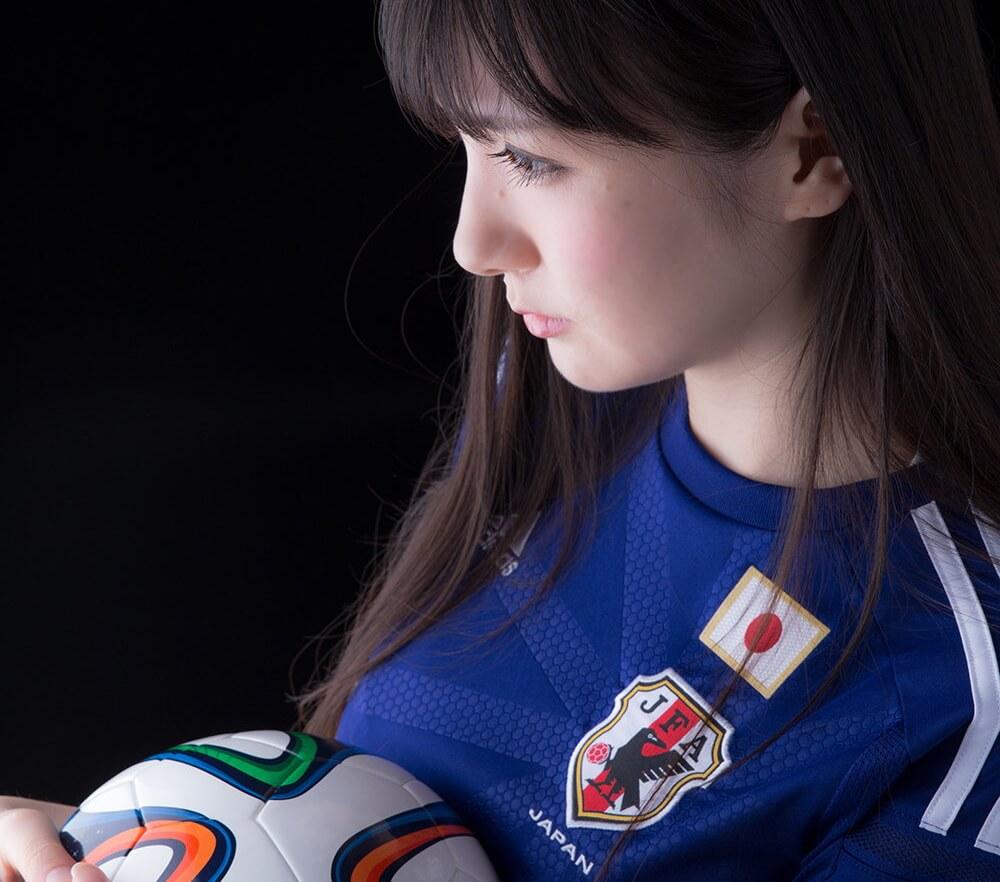 ボールを持つ日本人サポーターの美女