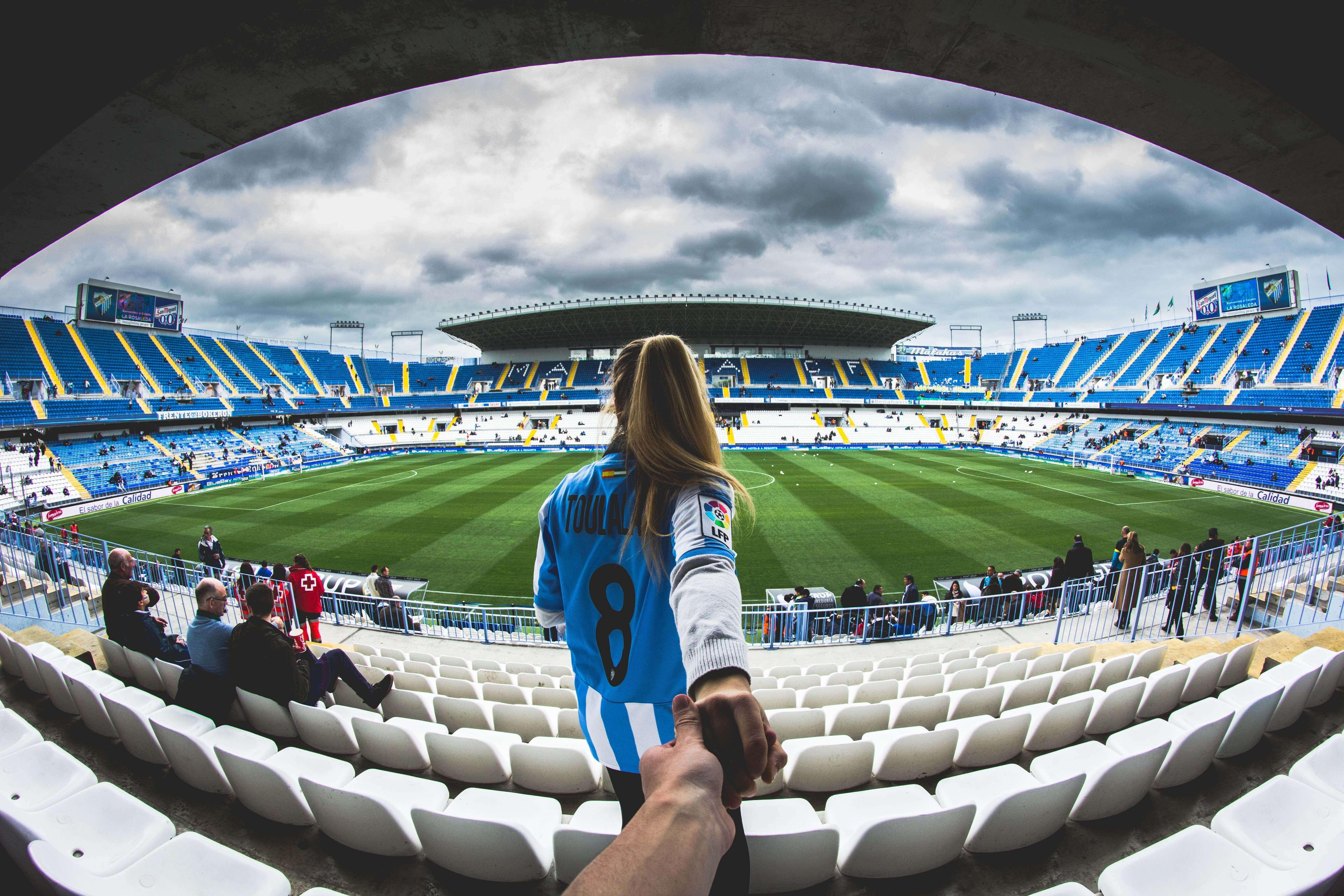 スタジアムにサッカー観戦に来たカップル