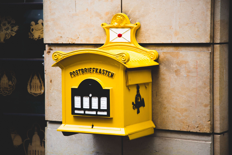 鮮やかな黄色いポスト