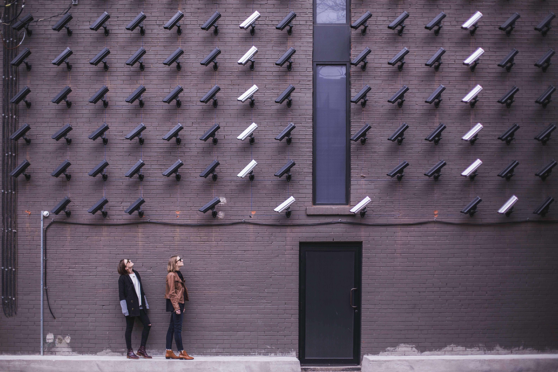 壁にたくさん備え付けられている監視カメラ
