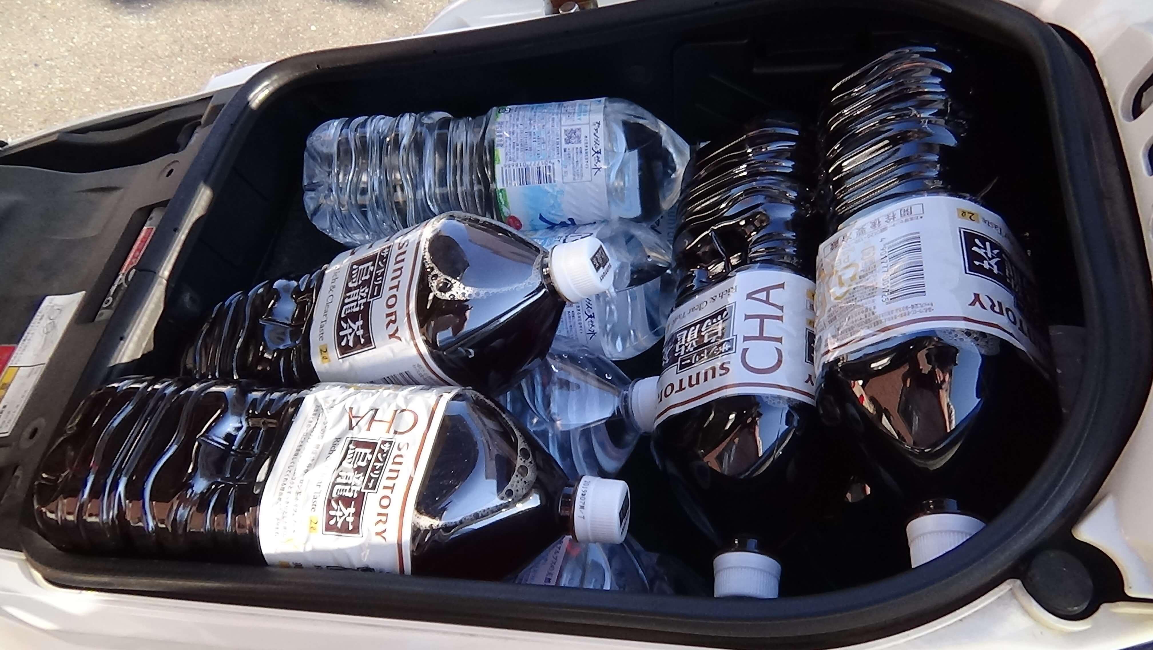 ビッグスクーターに積んだペットボトル