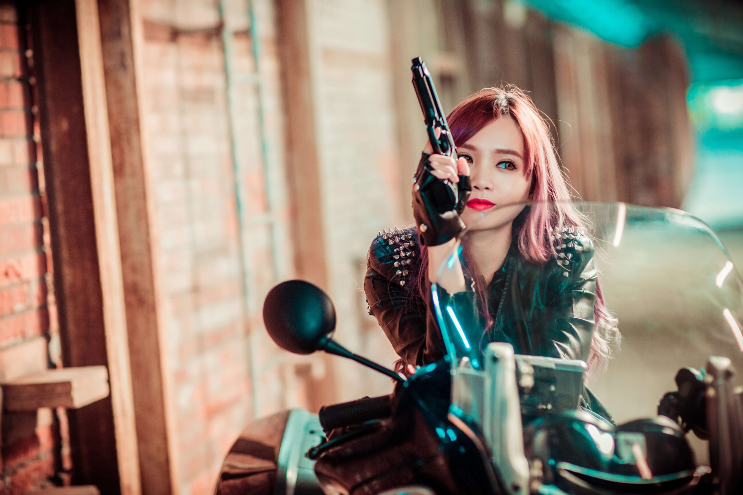 バイクにもたれる美女