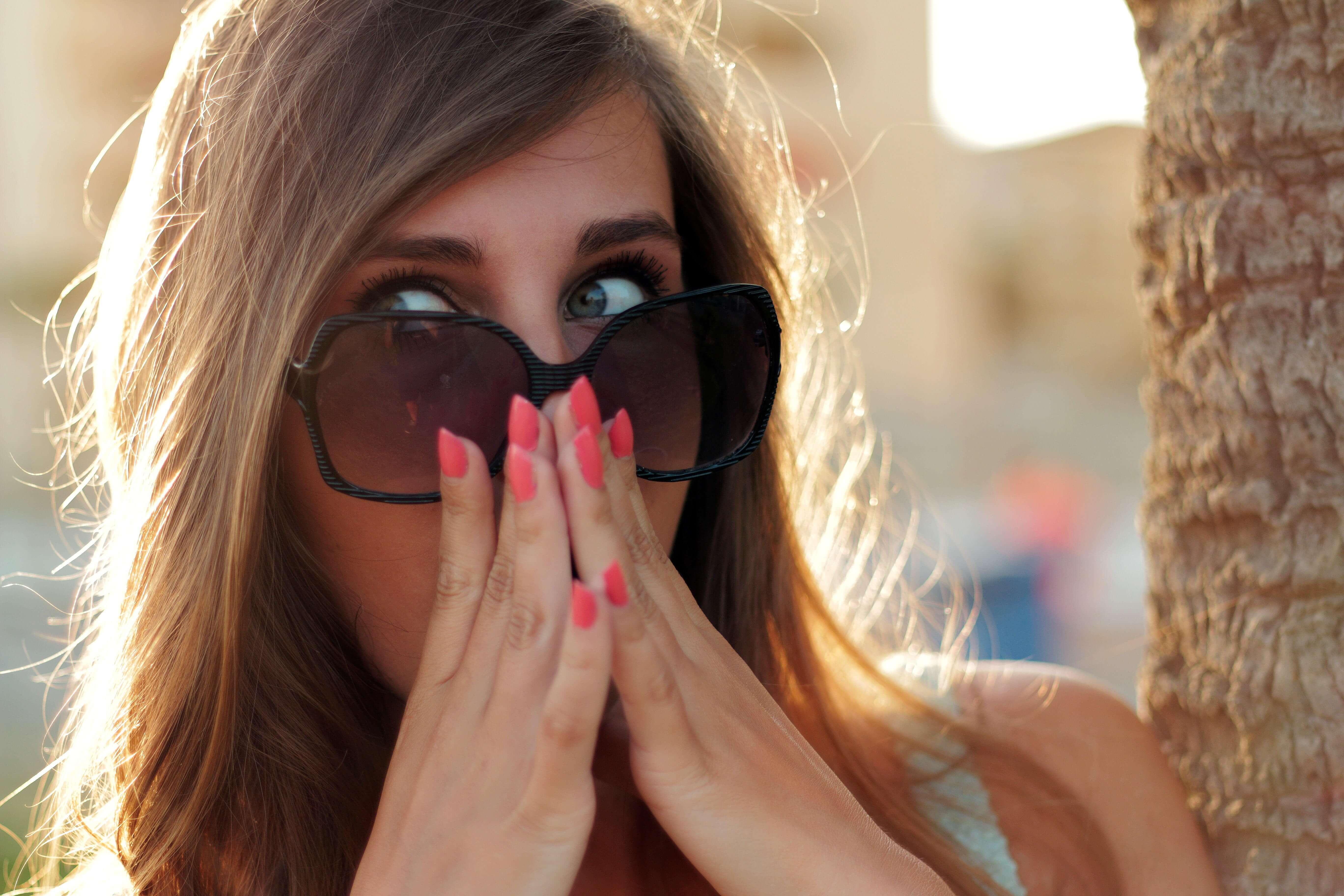 驚きの表情を見せる女性